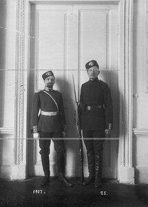 Обер-офицер В.В.Новиков (слева) и сапер батальона в форме образца 1883-1907 гг.
