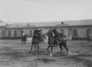 Состязание в искусстве владения рапирой во время конных состязаний.