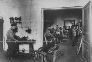 Солдаты за работой в оружейной мастерской.