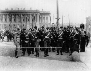 Группа офицеров и казаков лейб-гвардии Казачьего его величества полка на Дворцовой площади во время майского парада в центре – Ю.П.Дягилев.