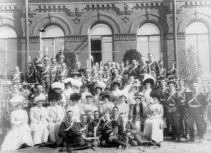 Группа офицеров полка и дам с шефом полка великой княгиней Марией  Павловной (сидит в центре).
