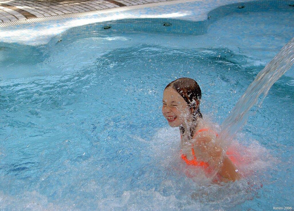 В бассейне джакузе отеля.