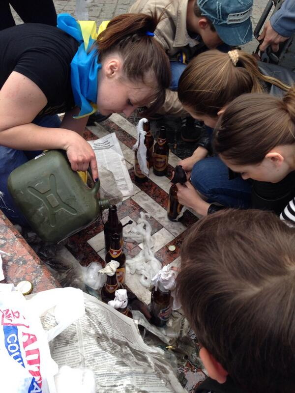 34. 19-49 В Одессе разливают коктейли Молотова.jpg