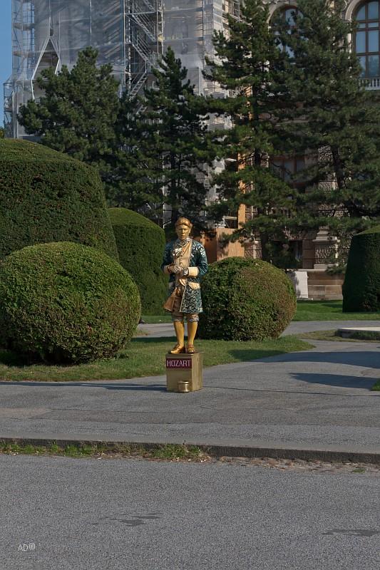 Живые скульптуры в парке перед ратушей