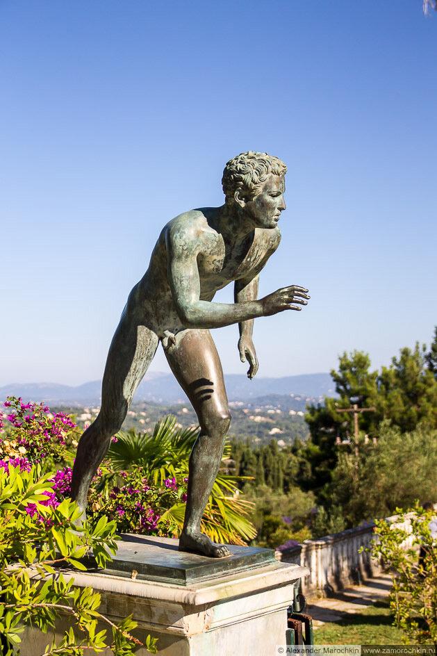Скульптурное изображение обнаженного юноши в саду дворца Ахиллеон
