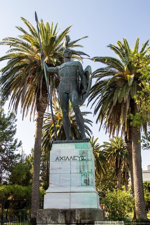 Скульптура Ахилл Победоносный во дворце Ахиллеон на острове Корфу