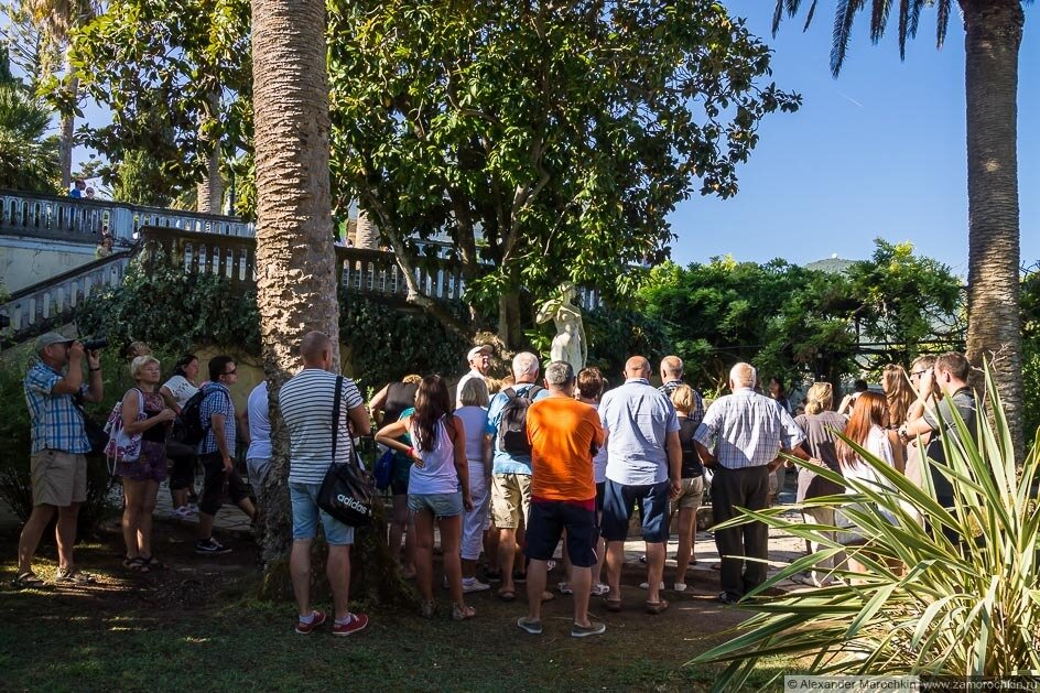 Туристы в саду дворца Ахиллеон, Корфу