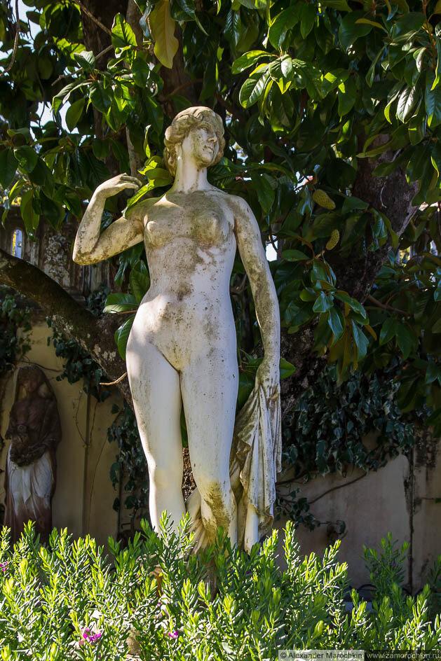 Скульптурный потртрет обнажённой молодой женщины в саду дворца Ахиллеон (Корфу)
