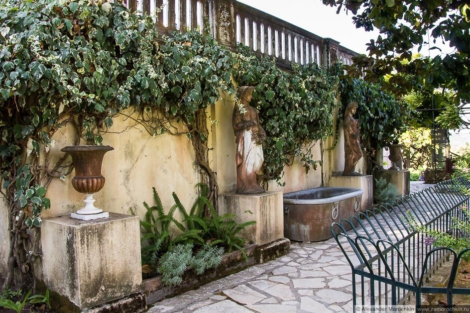 В саду дворца Ахиллеон