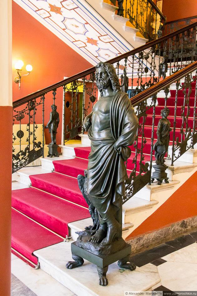 Лестница на верхний этаж со статуями. Дворец Ахиллеон, Корфу