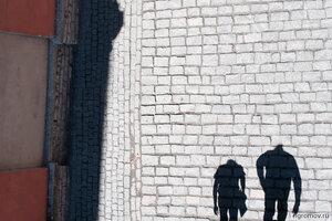 Прогуливающиеся (пара, тень)