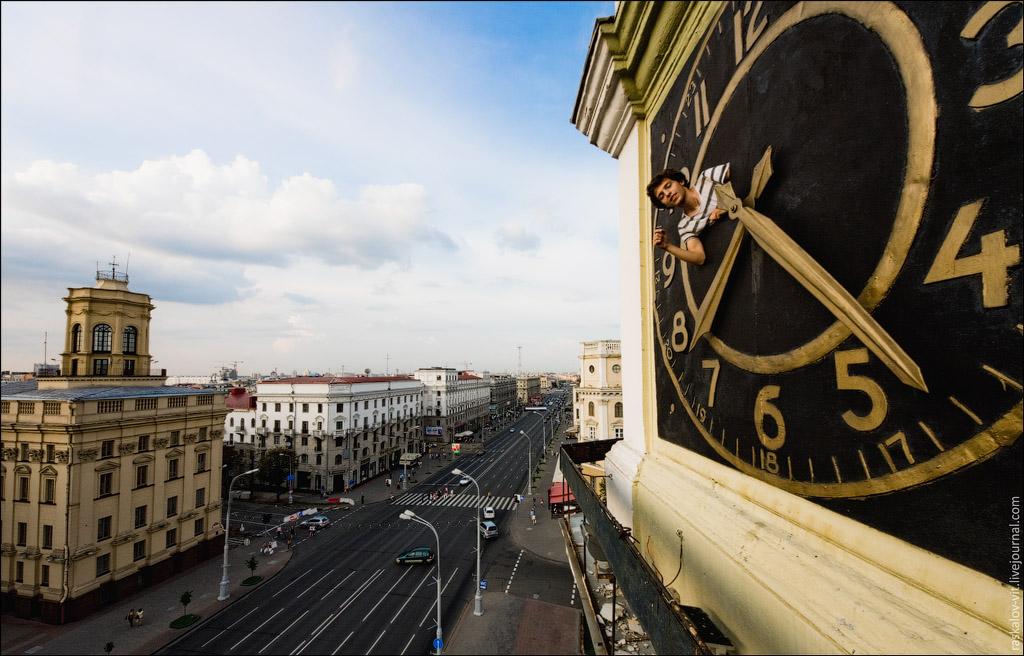 Красивая башенка с часами прямо напротив главного здания КГ