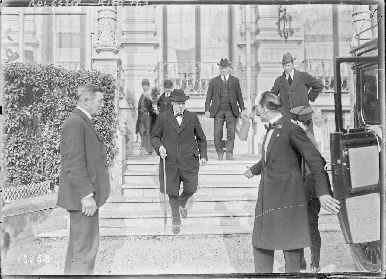 1921. Уинстон Черчилль выходит из отеля «Регина» в Ницце