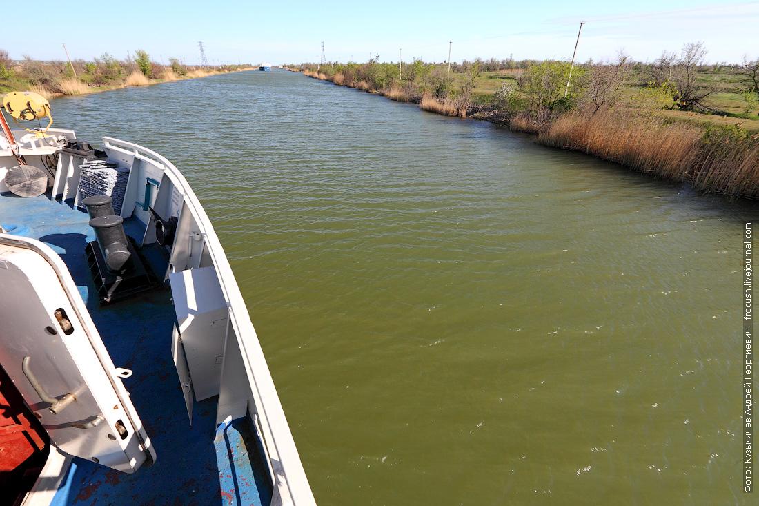 Здесь я с поляриком фотографировал. Хорошо заметен зеленоватый цвет донской воды в канале