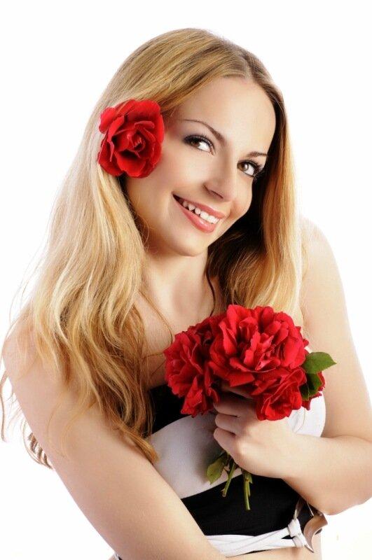 Картинка блондинка с букетом цветов 5