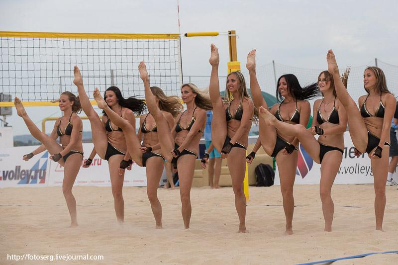 Обнаженные девушки на нудистком пляже получают загар  117010