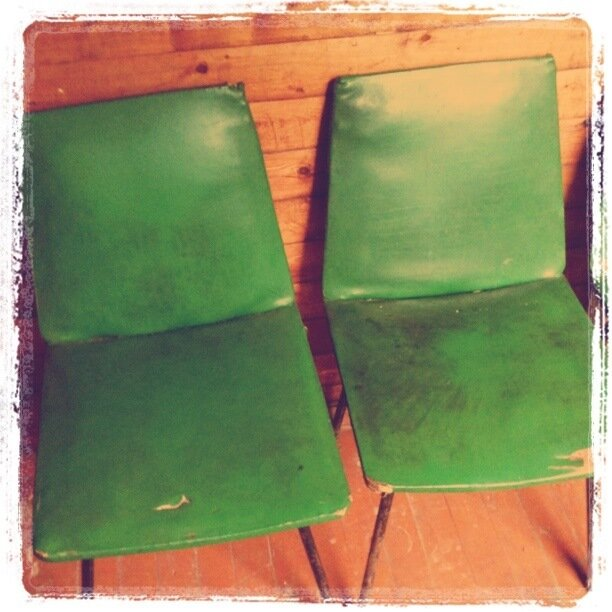 Два зеленых стула