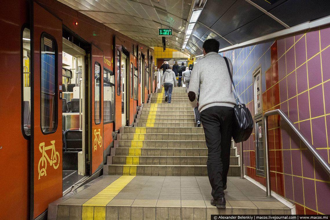 1 Кармелит даже нельзя всерьёз считать общественным транспортом, и уж тем более метро: по сути, это