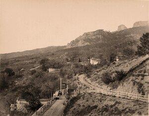 Местные жители на дороге близ селения у подножия горы.