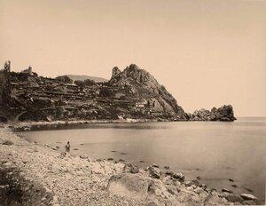 Вид жилых домов на скале, у побережья близ горы Аю-Даг.