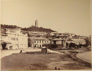 Вид домов на набережной; на втором плане, на возвышении Поликуровского холма - колокольня собора Св.Иоанна Златоуста.