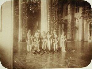 Фрейлины и статс-дамы свиты императрицы в зале Большого Кремлевского дворца .