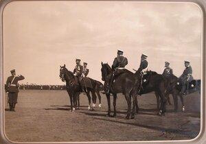 Император Николай II в группе высших офицерских чинов перед началом парада; справа 3-й - великий князь Михаил Николаевич; за императором - великий князь Сергей Александрович()