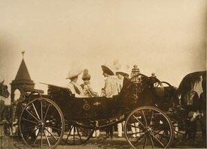 Великие княгини в экипаже у Успенского собора; 2-я слева - великая княгиня Ксения Александровна;  1-я справа - великая княгиня Ольга Александровна