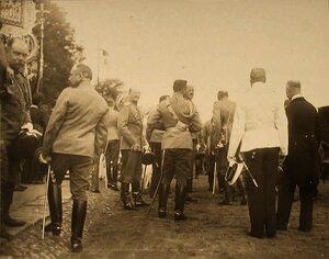 Группа высших офицерских чинов в ожидании прибытия императора Николая II; в центре - великий князь Петр Николаевич