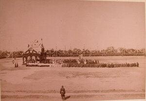Солдаты и офицеры гарнизона, учащиеся и местные жители во время молебна перед парадом в честь прибытия императора Александра III.
