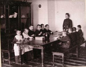 Дети младшего возраста во время занятий в приготовительном классе училища.