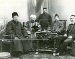 Группа депутатов Второй Государственной думы от мусульманских народностей. От Туркестана (слева направо) А.Р. Кариев  (2-ой),  С.Мухамеджанов  (4-й), бухарец (не депутат) Абдуррашид Ибрагимов.