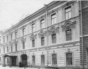Вид дома князя Льва Михайловича Кочубея (Галерная улица, 45 Английская набережная, 44) со двора.