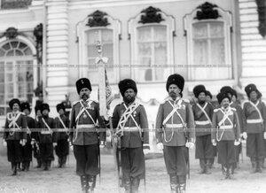 Заслуженные казаки с полковым штандартом на плацу во время парада в честь 150-летия полка.