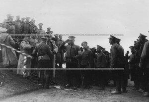 Командир гвардейского корпуса генерал В.М.Безобразов во время вручения призов за орудийную стрельбу.
