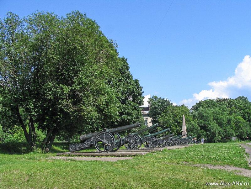 А это орудия около Арсенала на Артиллерийском острове