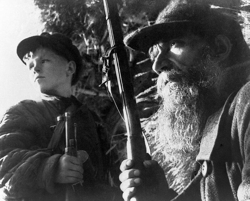 4-Партизаны Ленинградской области. Дед и внук. 14 мая 1943г.jpg