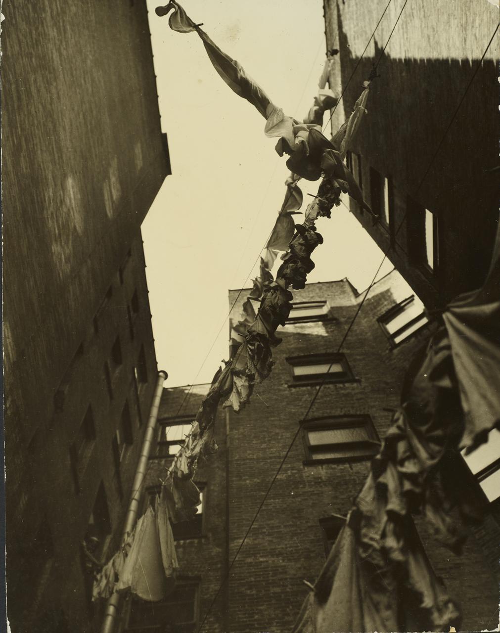В районе трущоб. 1917