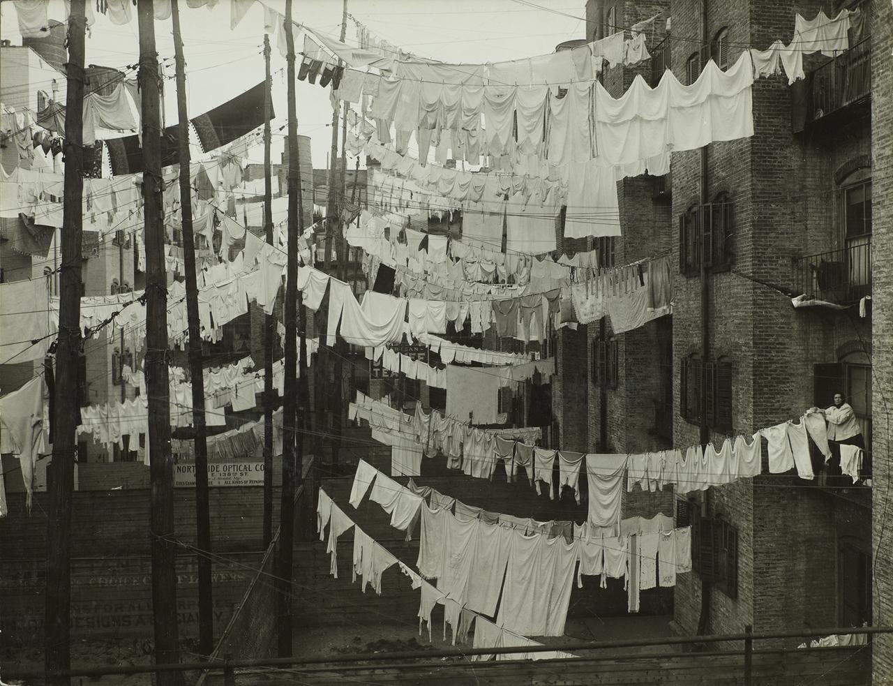 Сушка белья в квартале доходных домов