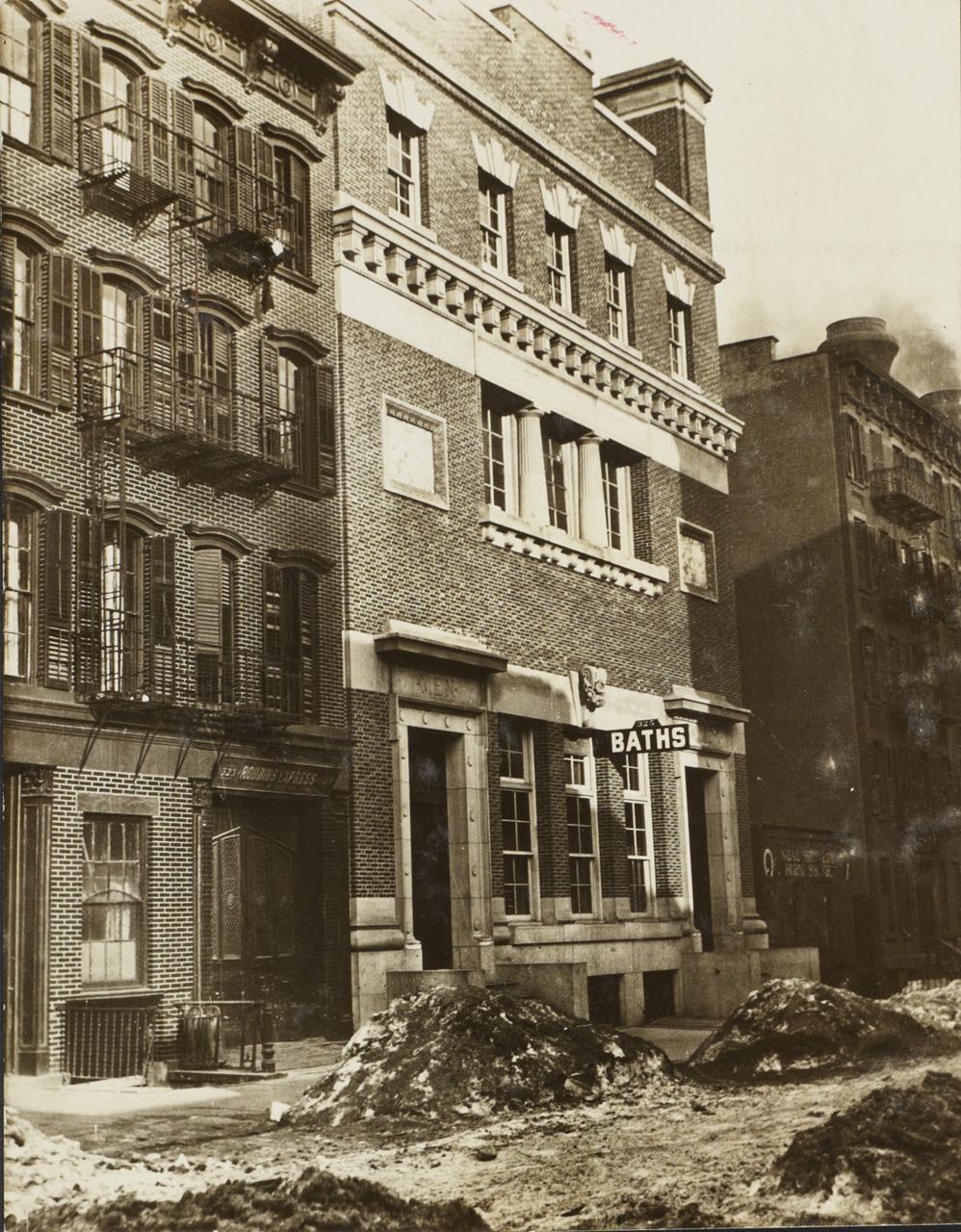 Горы мусора возле общественной бани. 1904
