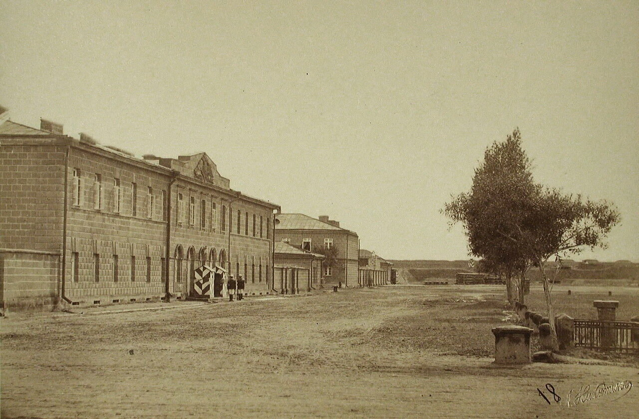 Вид части улицы города; слева - комендантский дом