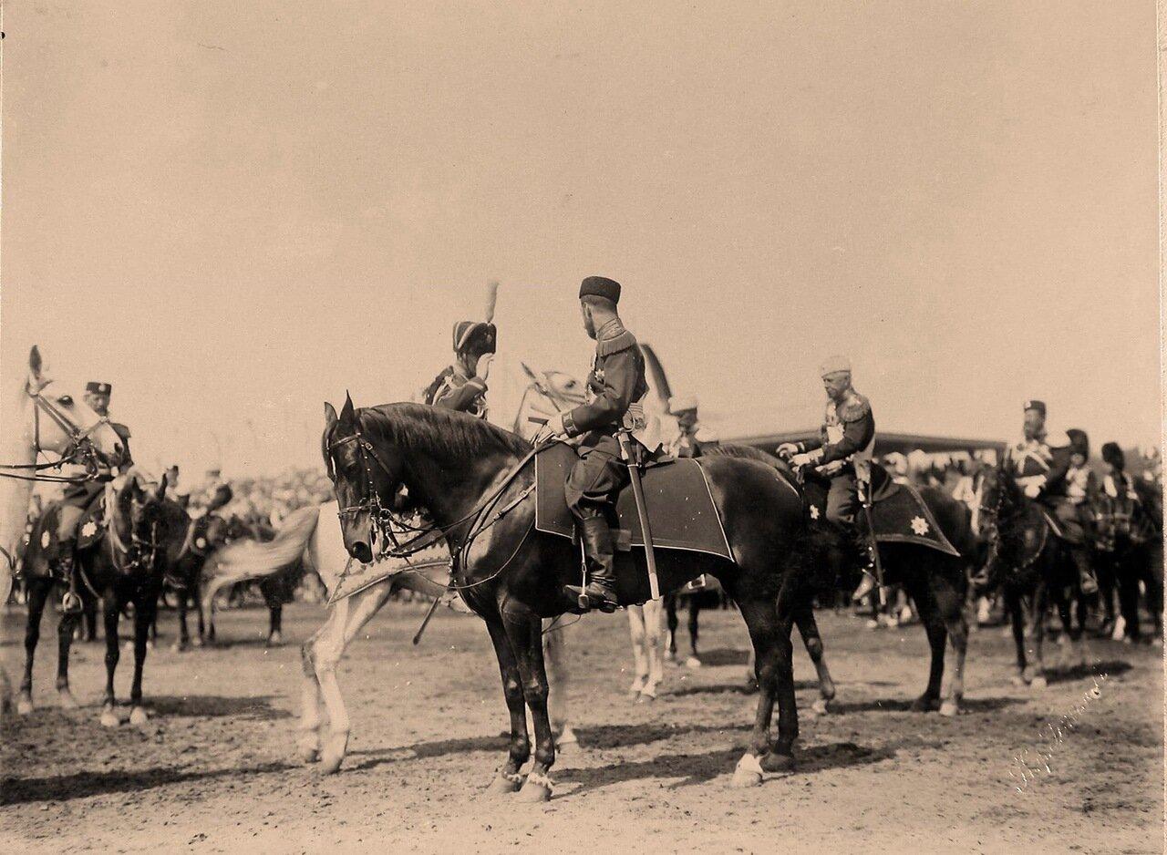 Император Николай II принимает рапорт командира гусарского полка во время парада на Ходынском поле