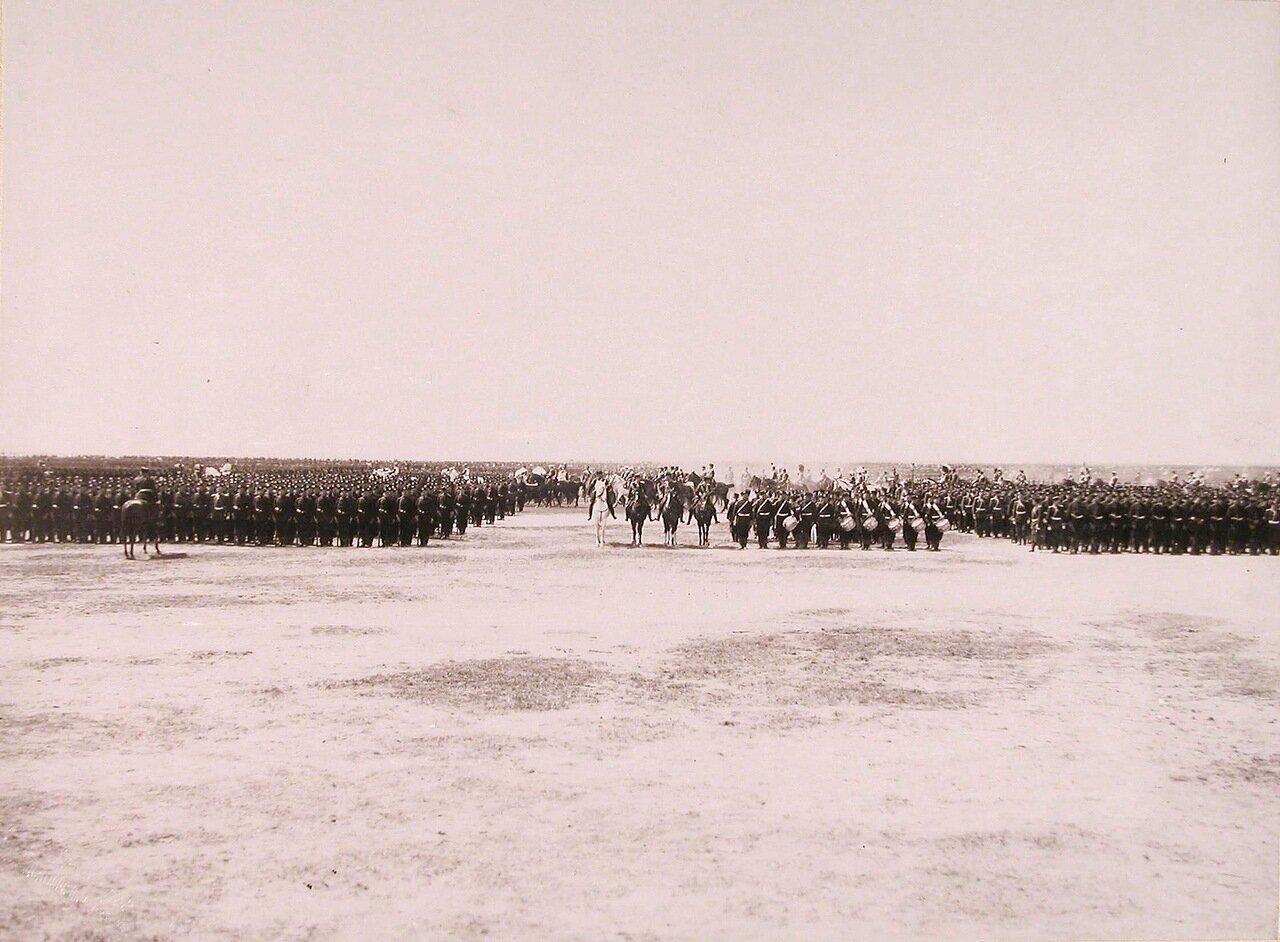 Части войск, празднующие свои полковые праздники, в строю на Ходынском поле перед началом парада