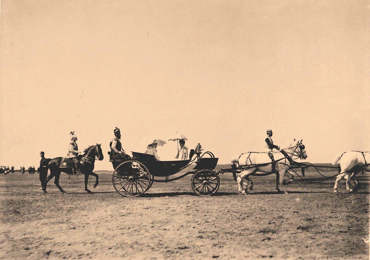 Экипаж с великими княгинями следует к месту парада на Ходынском поле; справа в экипаже - принцесса Саксен-Кобург-Готская, герцогиня Саксонская Виктория-Мелита