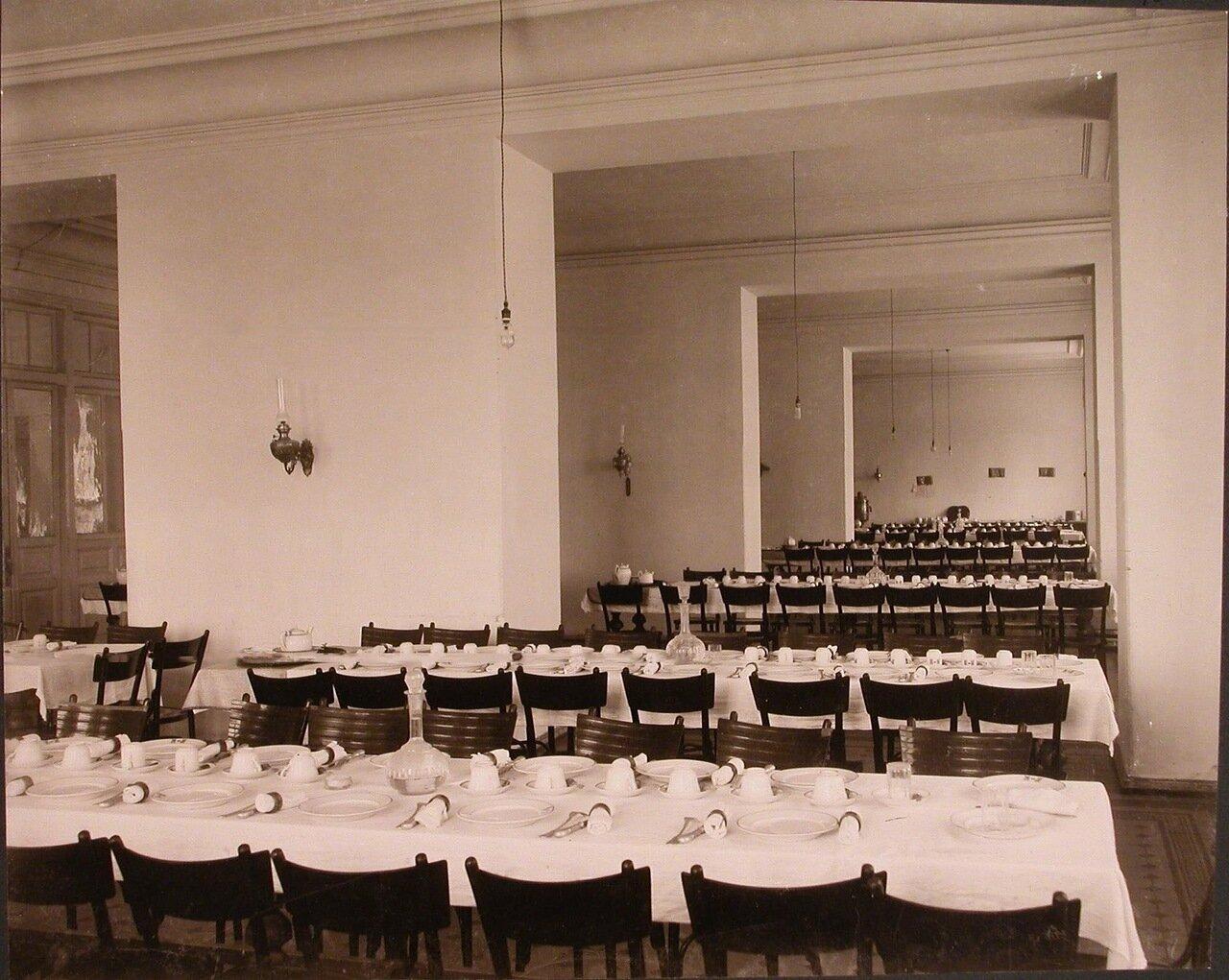 19. Вид части столовой института со столами, накрытыми к ужину