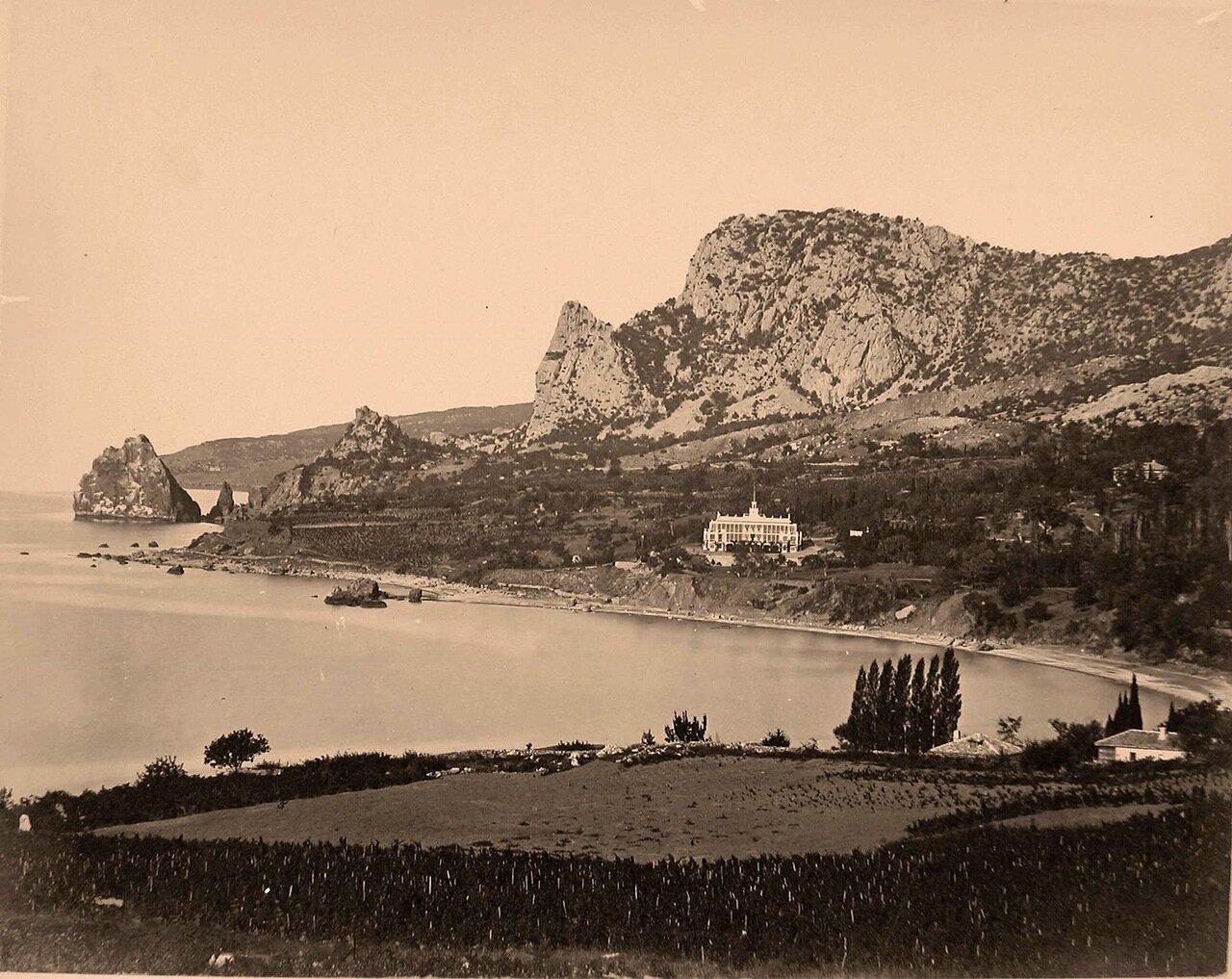 02. Вид дворца у подножия горы Аю-Даг.