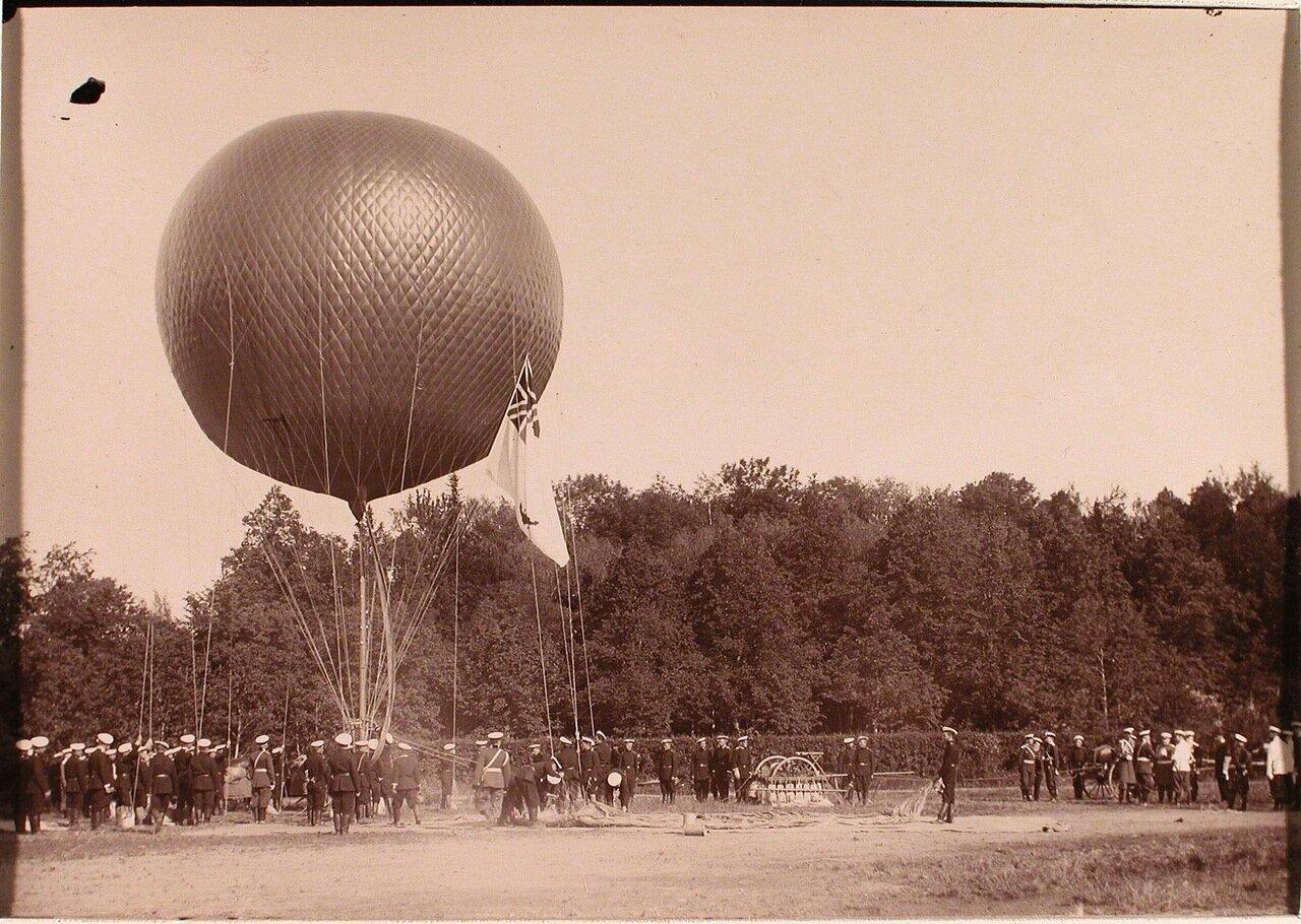 09. Группа солдат воздухоплавательной роты за поднятием воздушного шара; справа-император Николай II в группе офицеров
