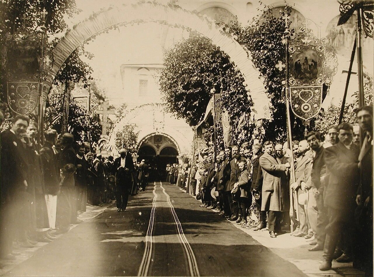 42. Жители города у Новоспасского монастыря в ожидании приезда императора Николая II