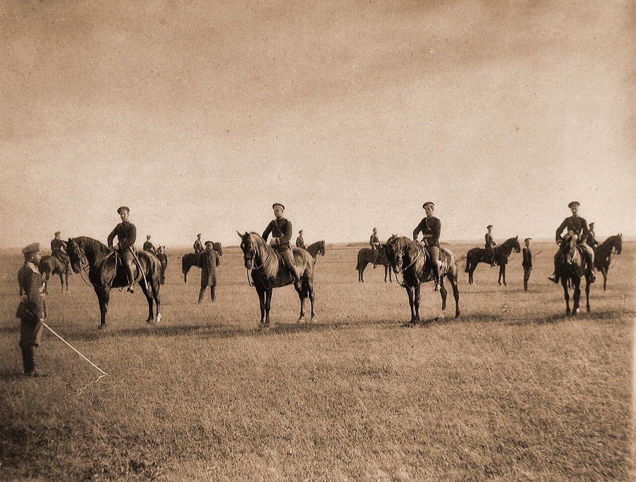 13. Юнкера во время занятий на плацу: езда на лошадях