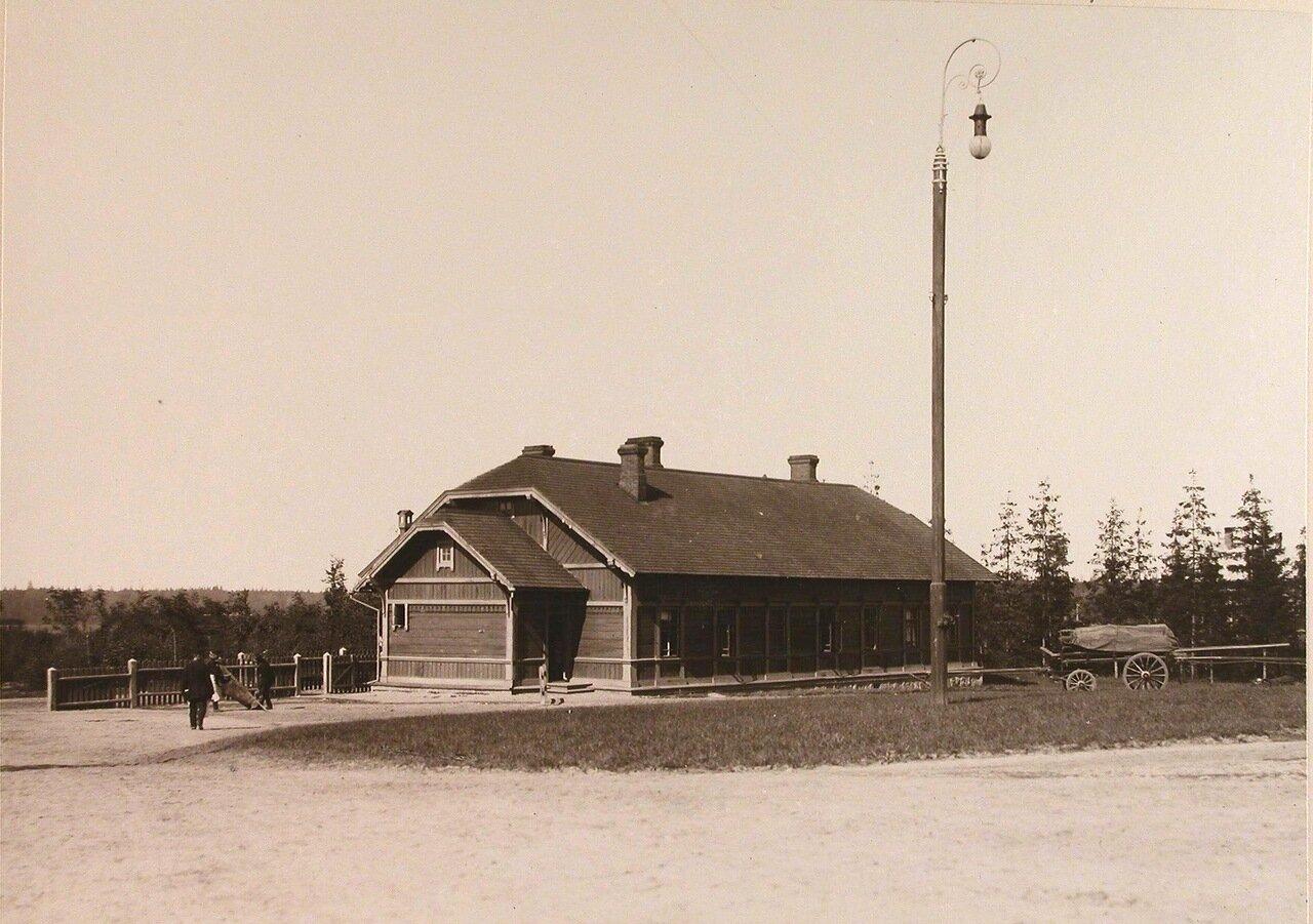 09. Общий вид одного из жилых деревянных домов, расположенных в селе близ Беловежского дворца